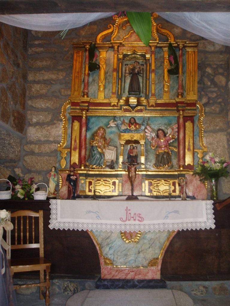 El altar de la capilla preparado