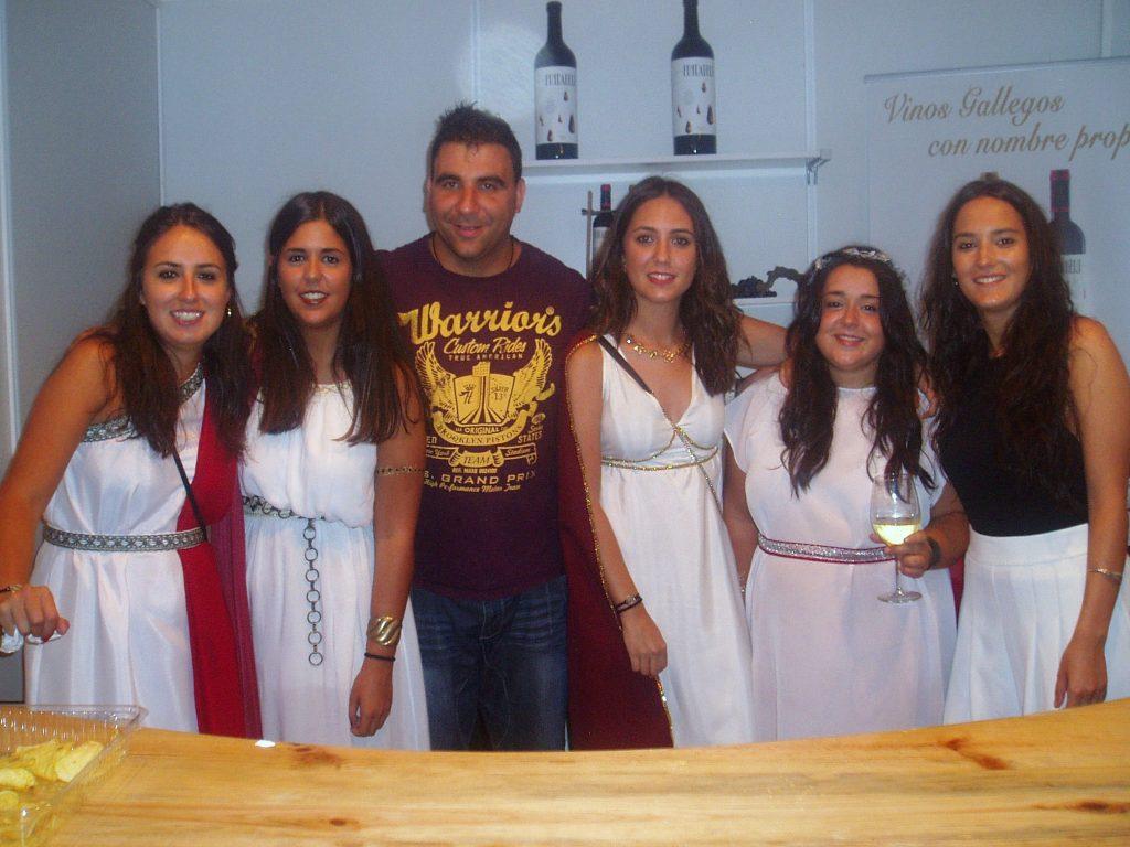 El expositor de la cooperativa de A Rúa con un grupo de chicas romanas, el domingo por la tarde
