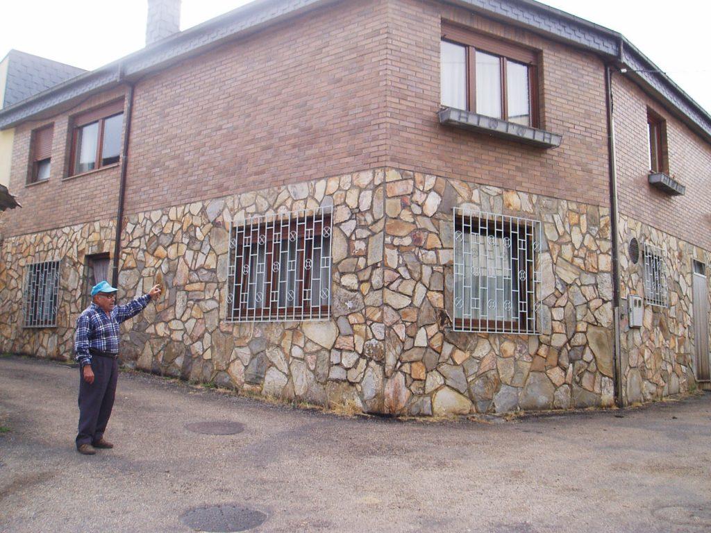 Eladio Losada, vecino de Baxdeles, muestra la casa que sufrió el robo