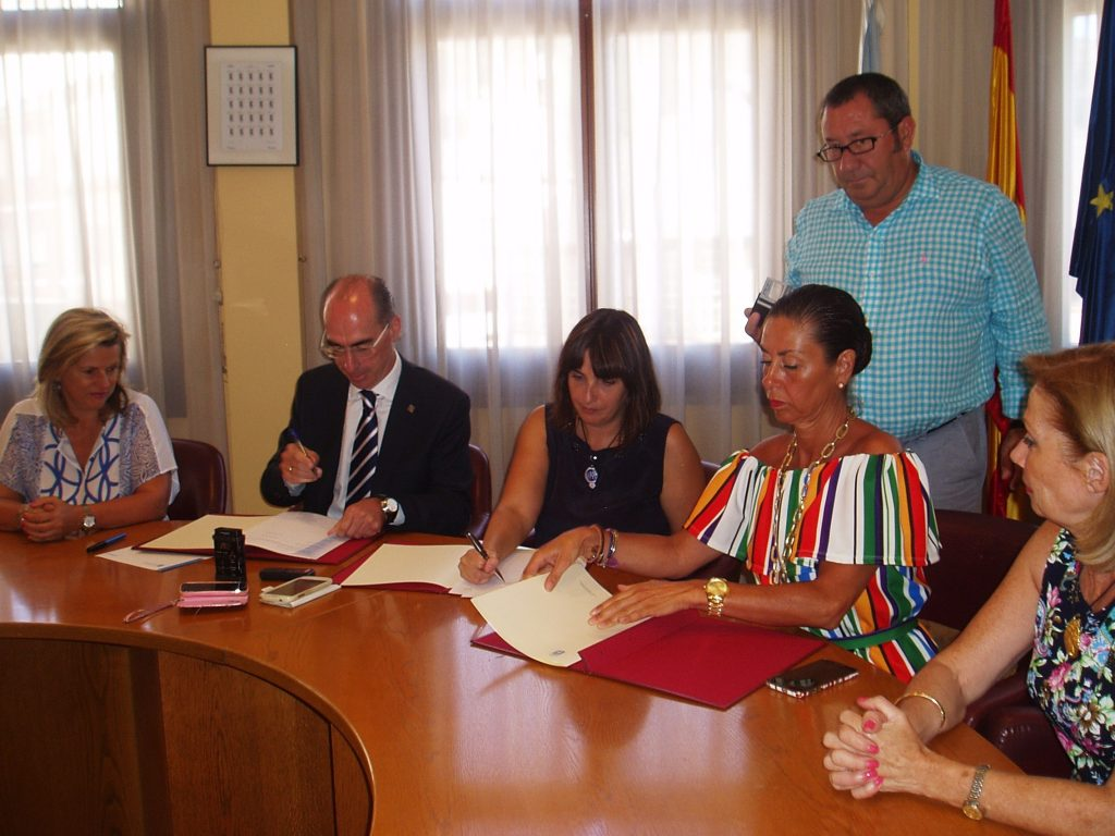 Eloína Núñez, Jesús Vázquez, María González, Marisol Díaz y María Villar Suárez. En pie, el secretario municipal