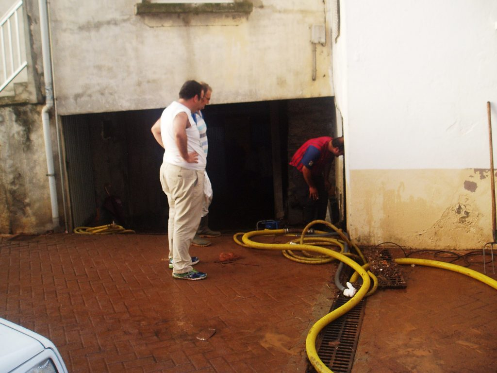 En plena tarea para eliminar el agua de las bodegas
