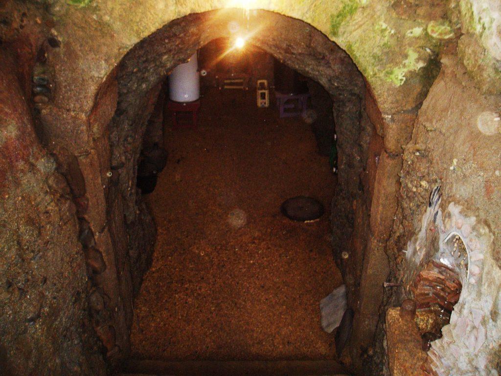 Entrada a una cova de Petín