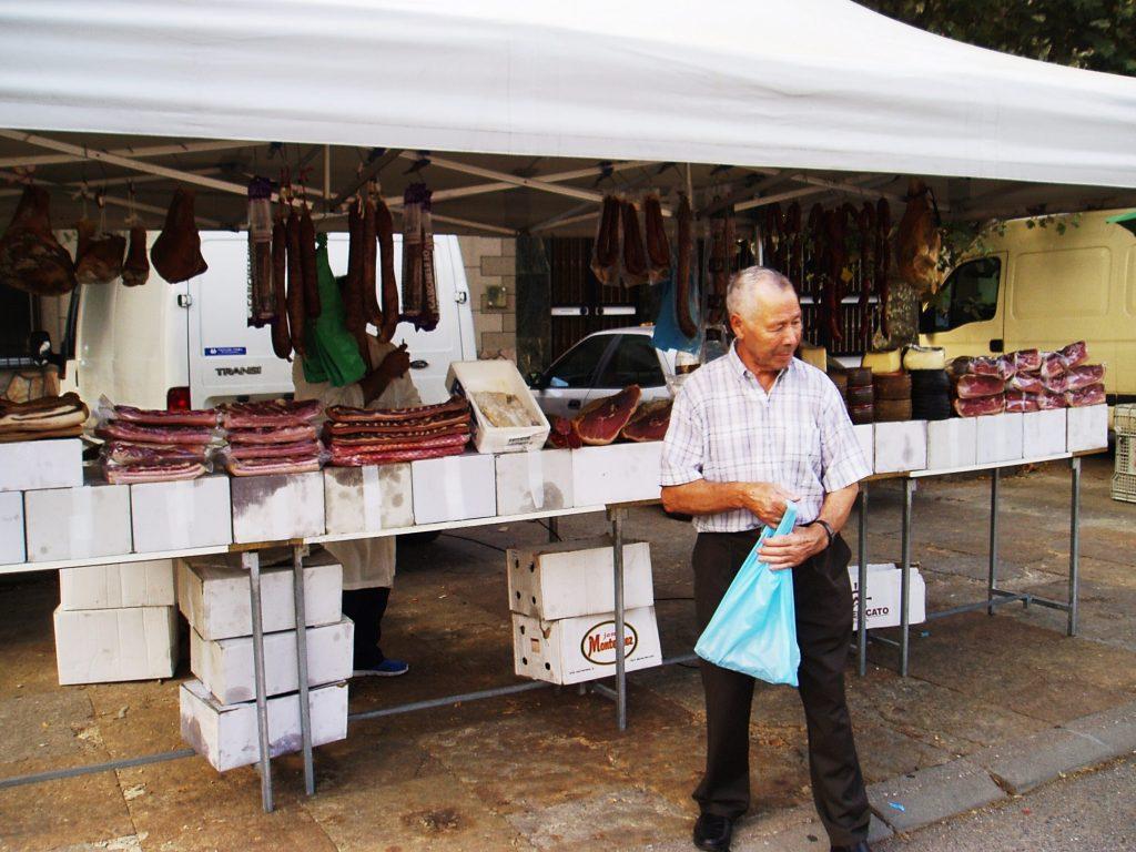 Este vecino se muesra contento con su compra en la feria