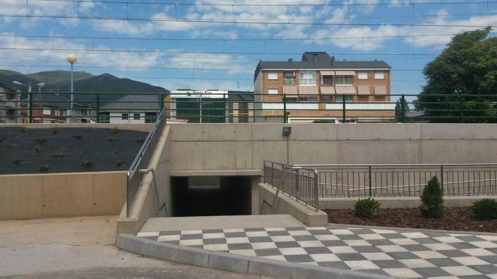 Exterior del paso bajo la vía del tren de O Barco