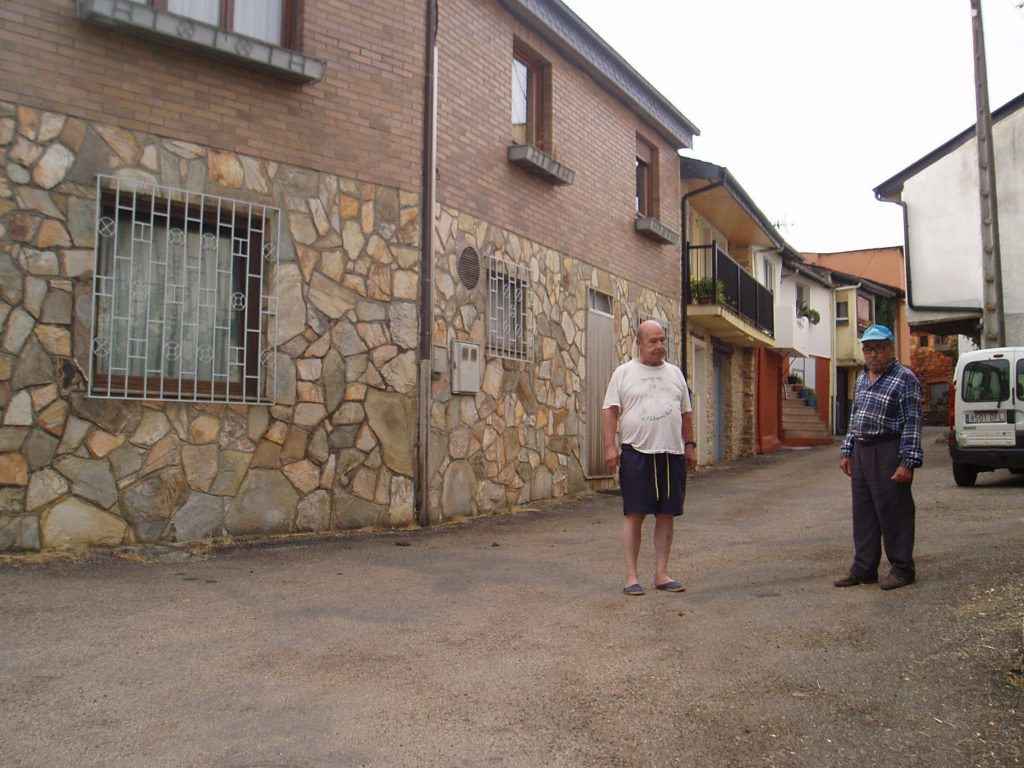 Fermín Macía y Eladio Losada, vecinos, frente a la casa del asaltado