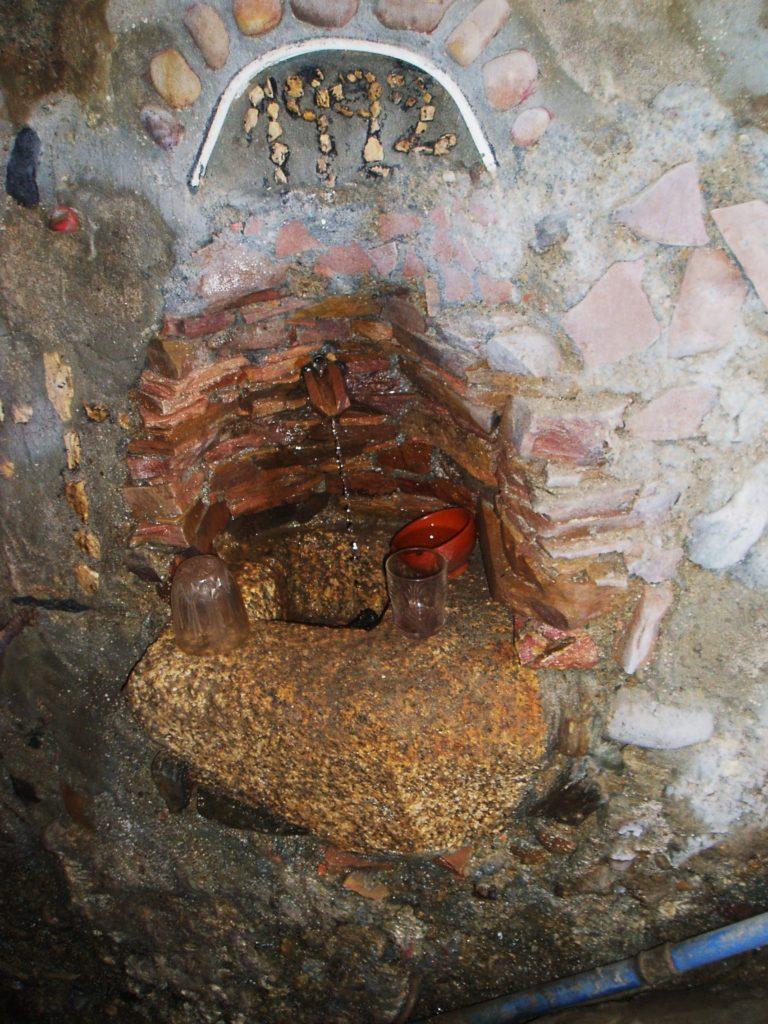 Fuente de agua en una cova de Petín