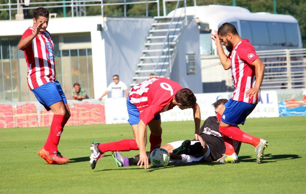 Alex Expósito luchando por un balón
