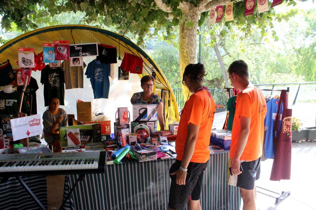 Clientes mirando productos de música