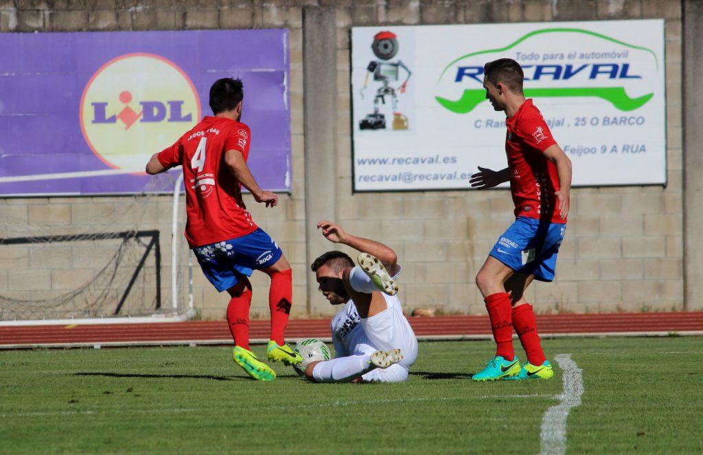 Rubén García y Borja robando el balón a un defensor rival