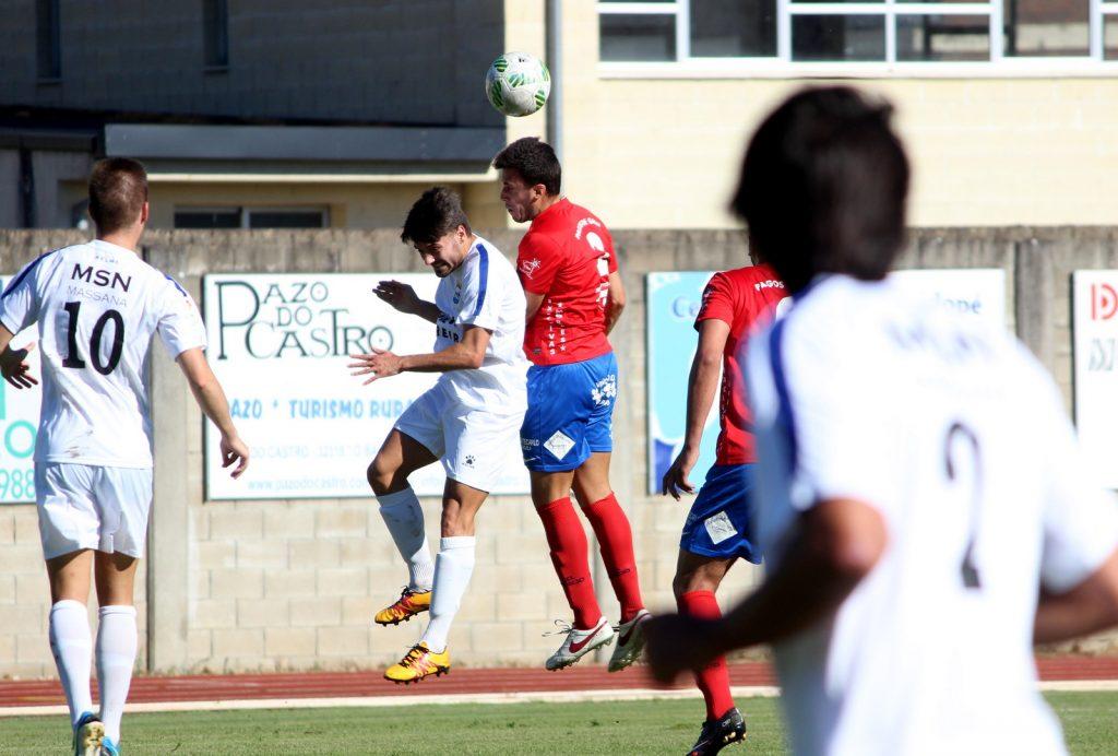 Adri Ramos lucha un balón por alto