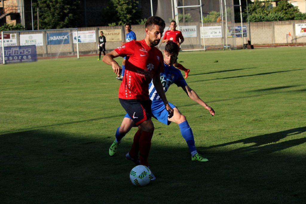 Ivi Vales trata de defender el balón ante un rival de la Ponferradina. (Archivo).
