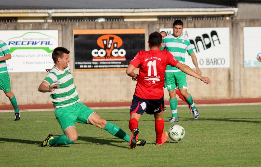 Diego Tato trata de evitar la entrada de un rival