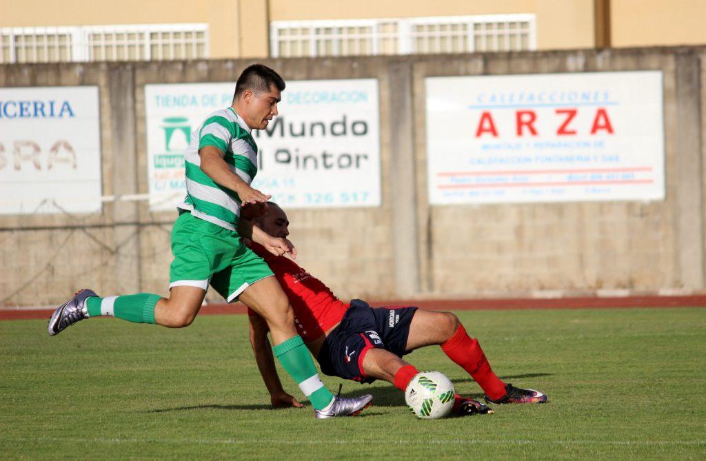 Adil trata de robar el balón a un jugador castellano