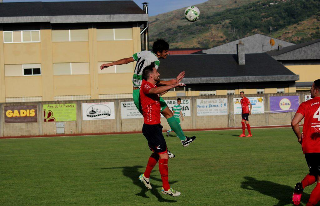 Rubén García pugnando con Esau por un balón aéreo