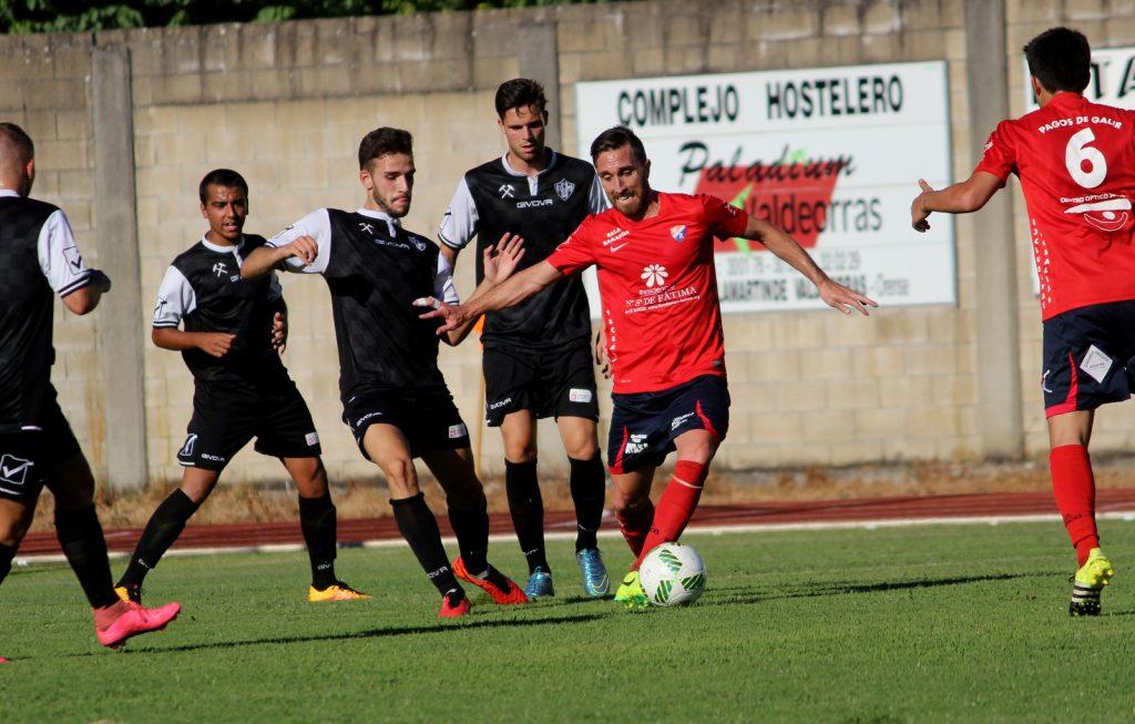 Rubén García intentando irse de un defensor visitante