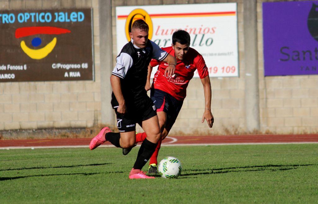 David Álvarez trata de recuperar el balón ante un jugador del Bembibre (Archivo)
