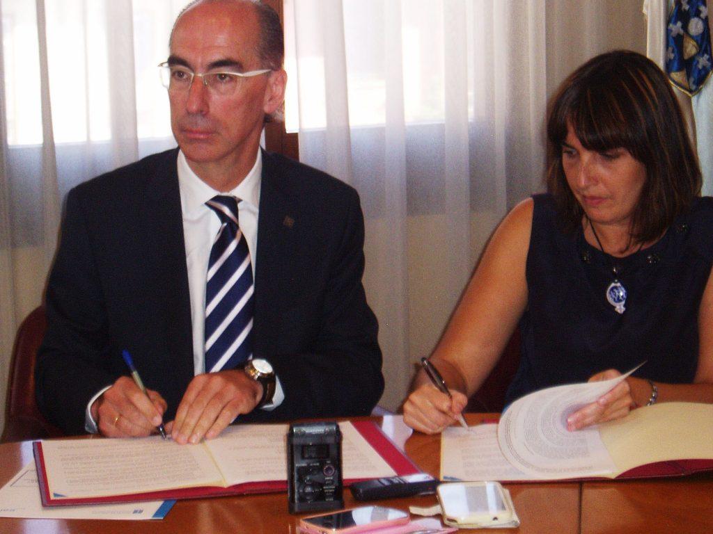 Jesús Vázquez y María González firmando el convenio