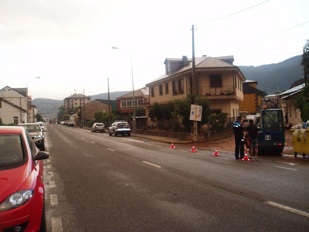 La Policía Local en  la calle Fondareas donde se inundaron bodegas