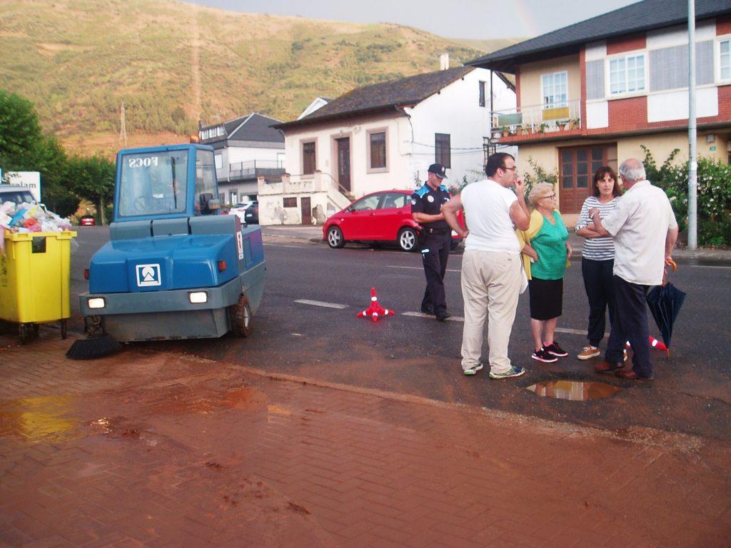 La alcaldesa, María González, con los vecinos de la calle inundada