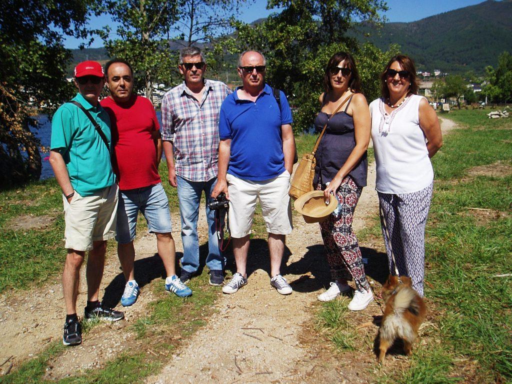 La alcaldesa, María Albert, y el concejal de Deportes, Avelino García, con un grupo de vecinos de A Rúa