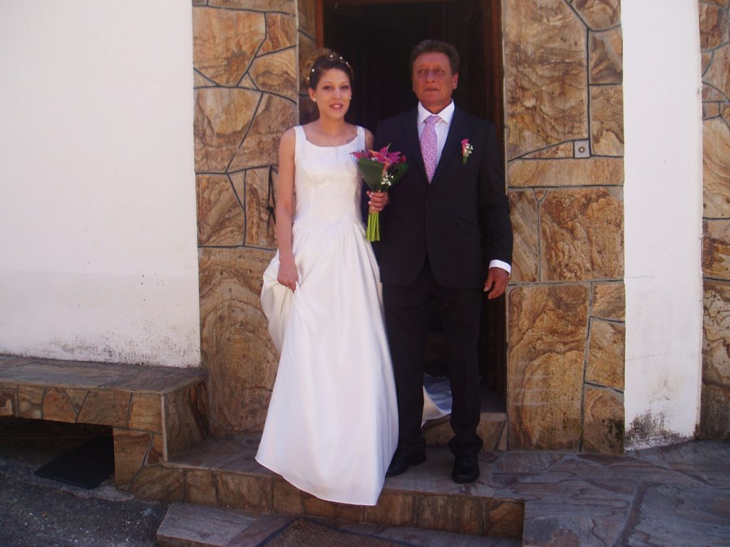 La novia sale de la puerta de casa