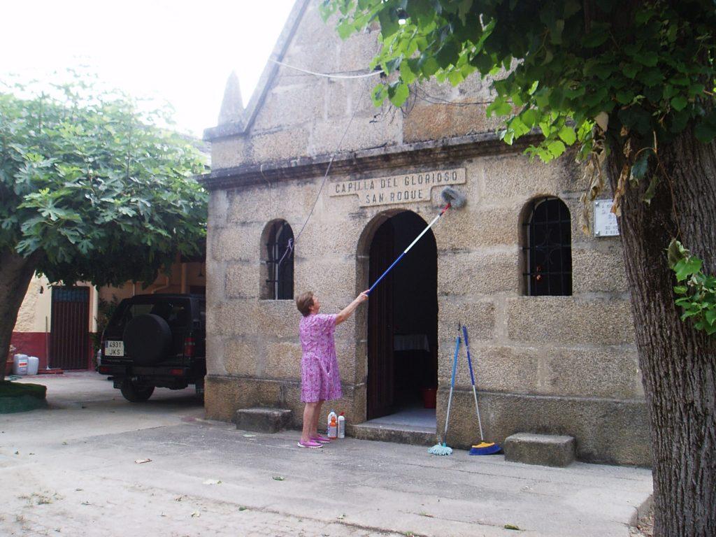 Limpiando la fachada de la capilla de San Roque