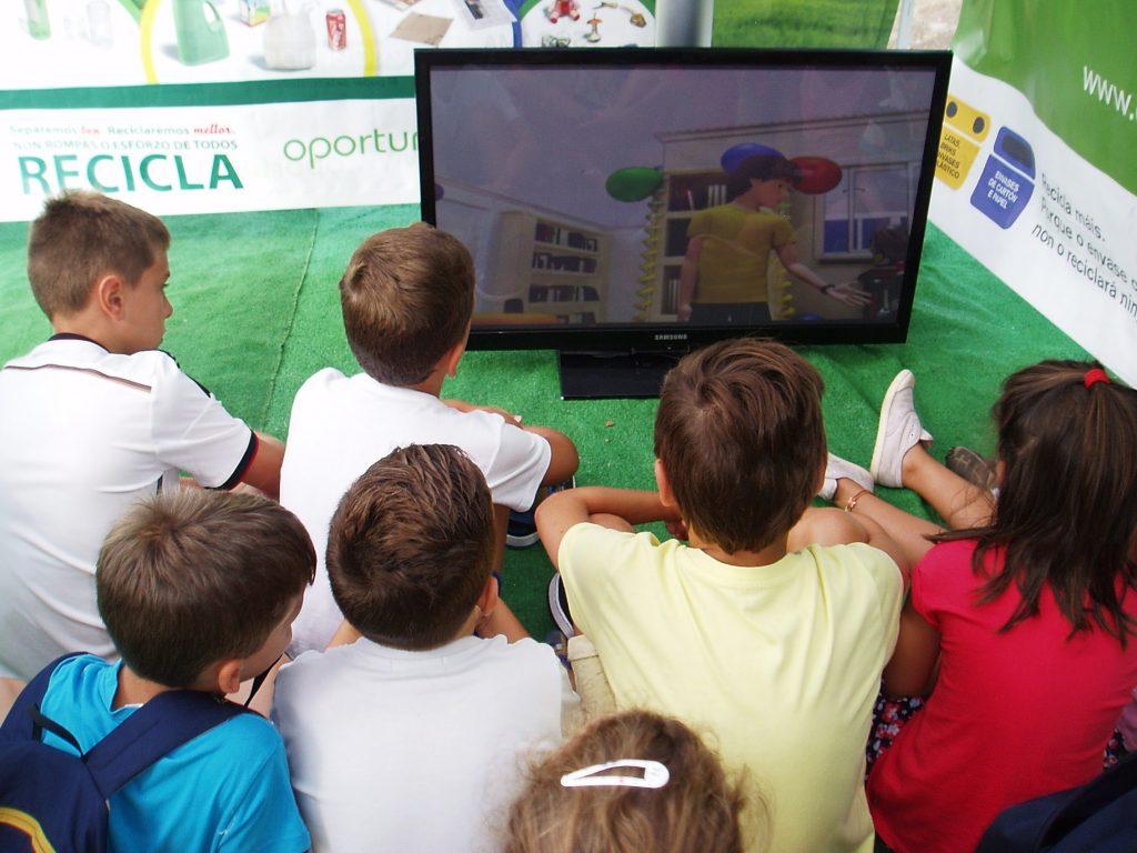Los niños visualizaron una película en la carpa de Reciclaje de Vilamartín