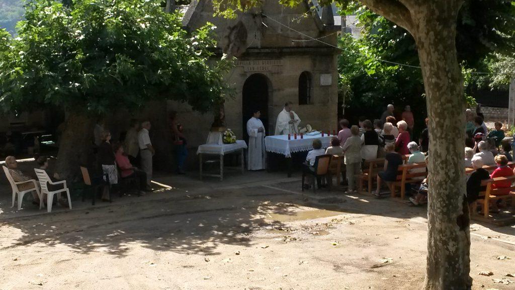 Misa al aire libre en el exterior de la capilla de San Roque, en el Campo de San Roque
