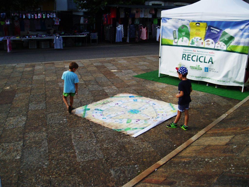 Niños sobre el parchís de reciclaje