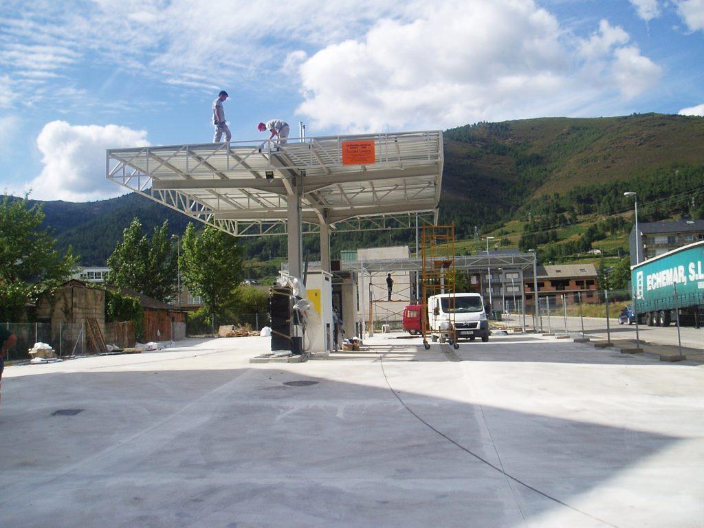 Operarios trabajando en la gasolinera nueva de A Rúa
