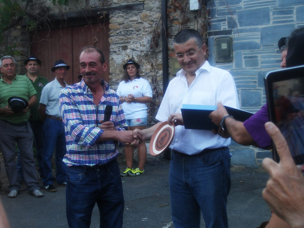 Rafael López recibe un obsequio