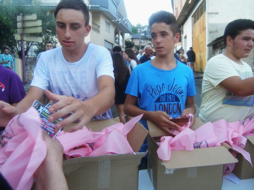 Repartiendo pañuelos a la entrada de la Festa das Covas