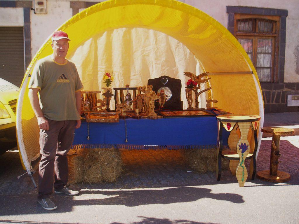 Toño Arias de O Barco con sus figuras de madera