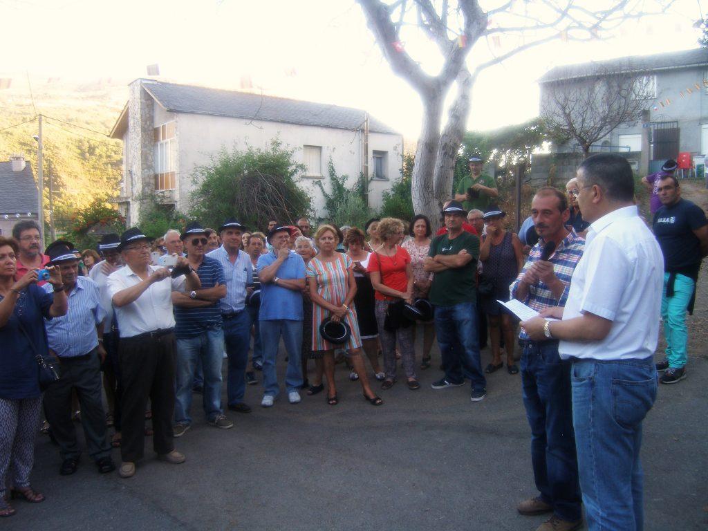 Todos fotografiando al pregonero, Rafael López, y al presidente de los coveiros