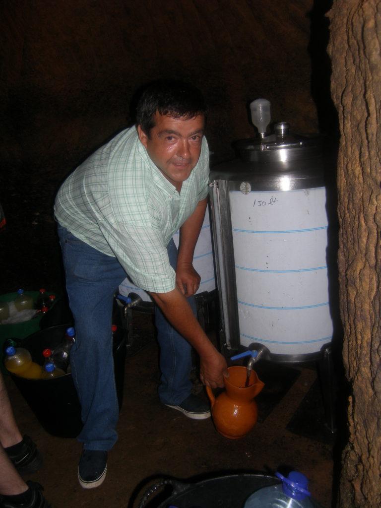 Tomando el vino para servirlo