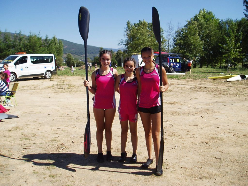 Tres jóvenes piragüistas