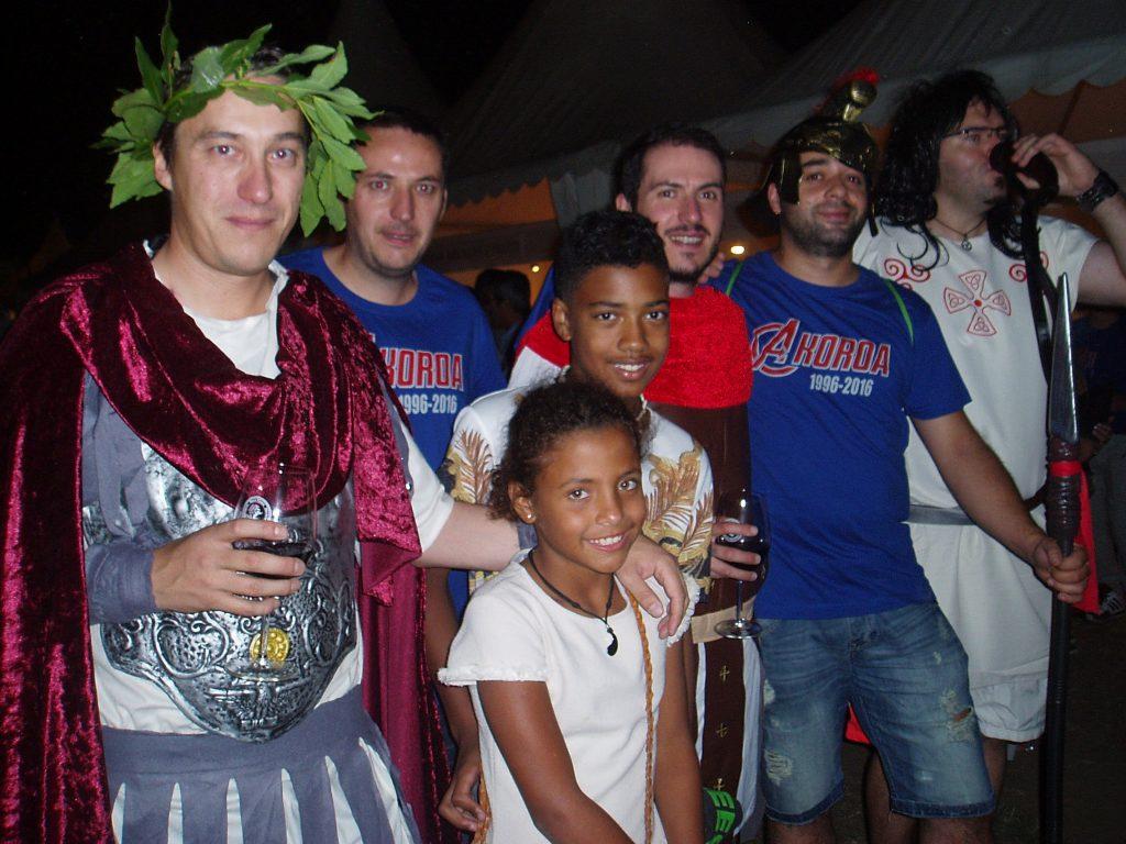 Un grupo con camiseta propia