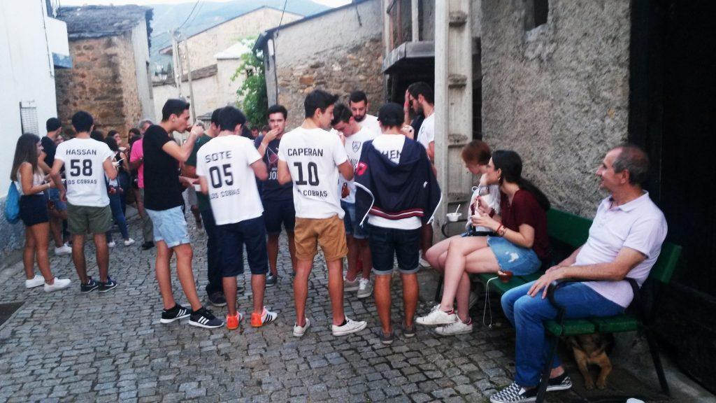 Un grupo frente a una bodega