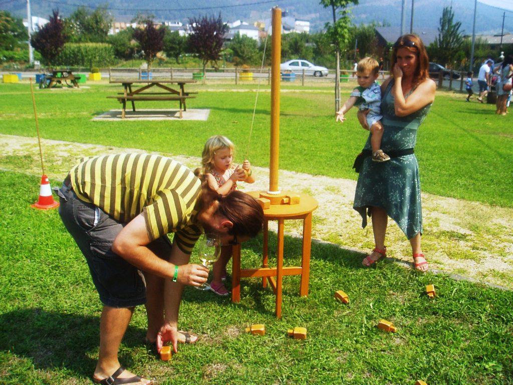 Una familia jugando