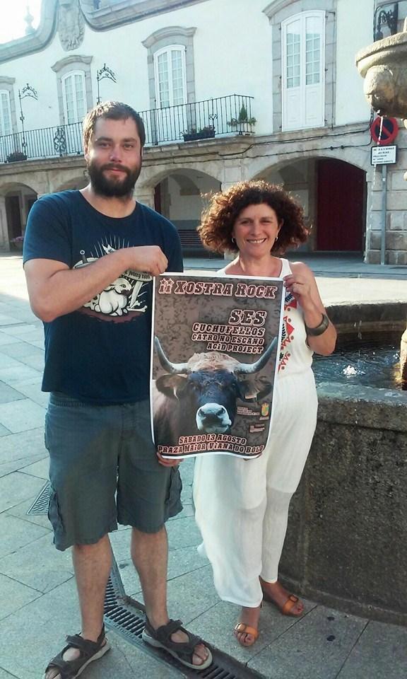 Presentación cartaz Xostra Rock por Matías Diéguez, presidente da Asociación Xostra e a concelleira Graciela Diéguez