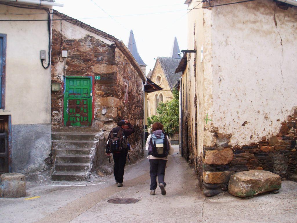 Abandonando el albergue A Solaina para retomar el Camino