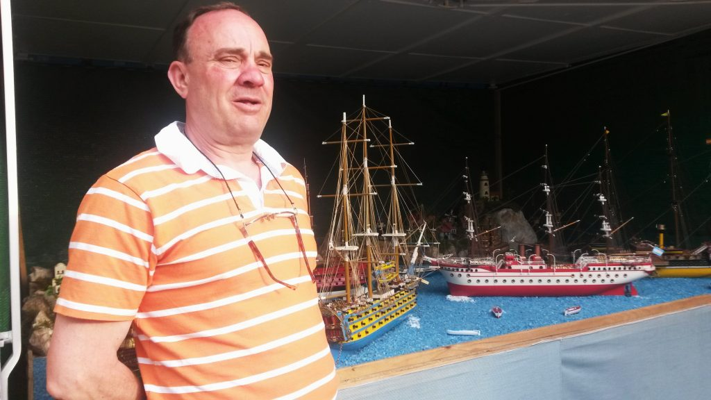 Antonio González Quiroga con sus maquetas de barcos, en Petín