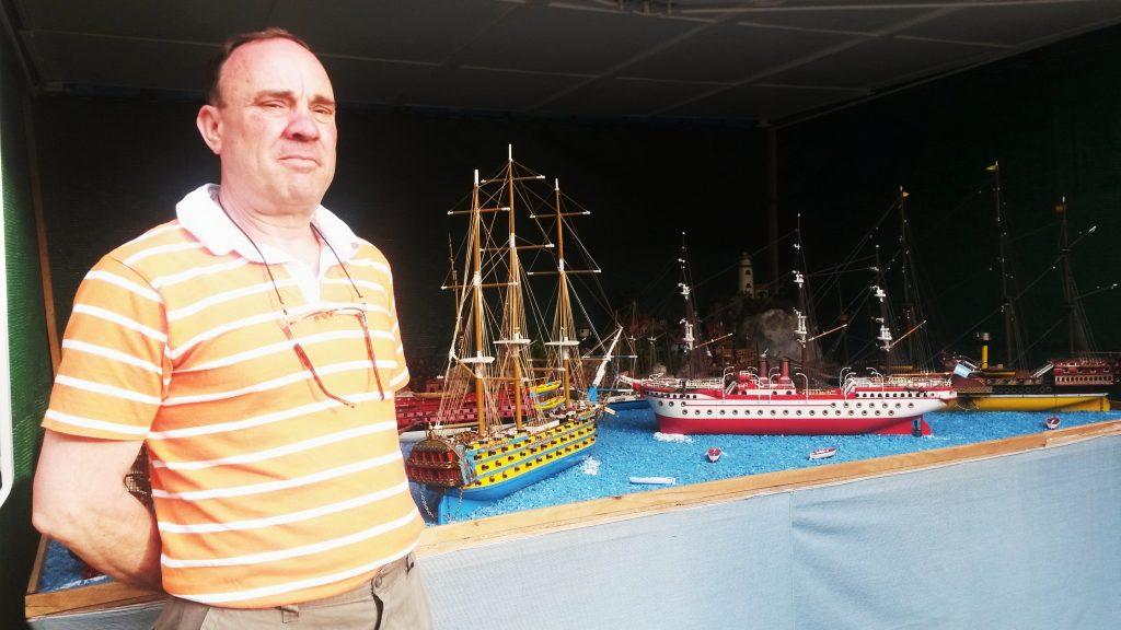 Antonio González  Quiroga dedica su tiempo libre a construir las maquetas de barcos