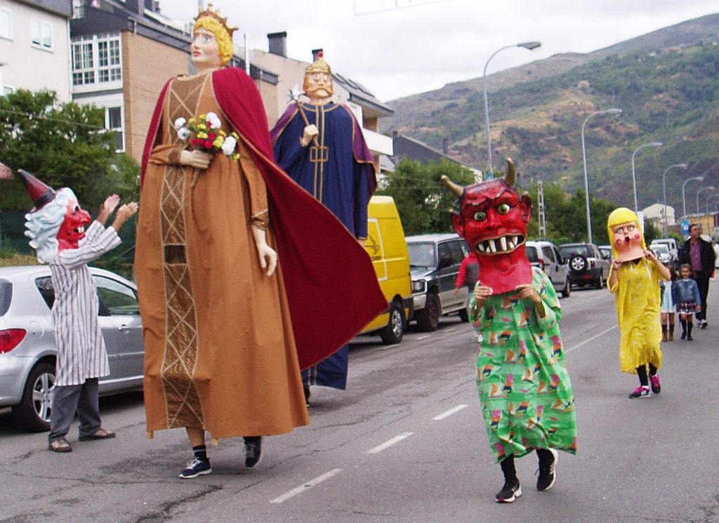 Calantornias y cabezudos en la procesión de O Cristo de O Barco 2016