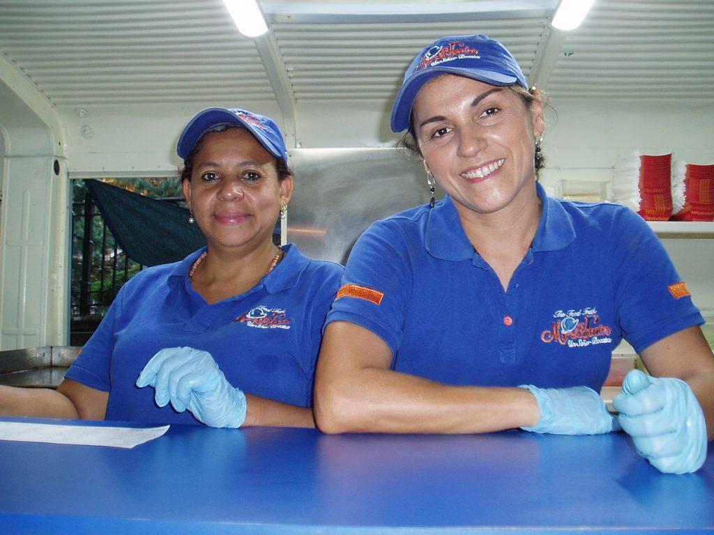 Diana Ramírez (a la derecha) en su caravana de comida colombiana