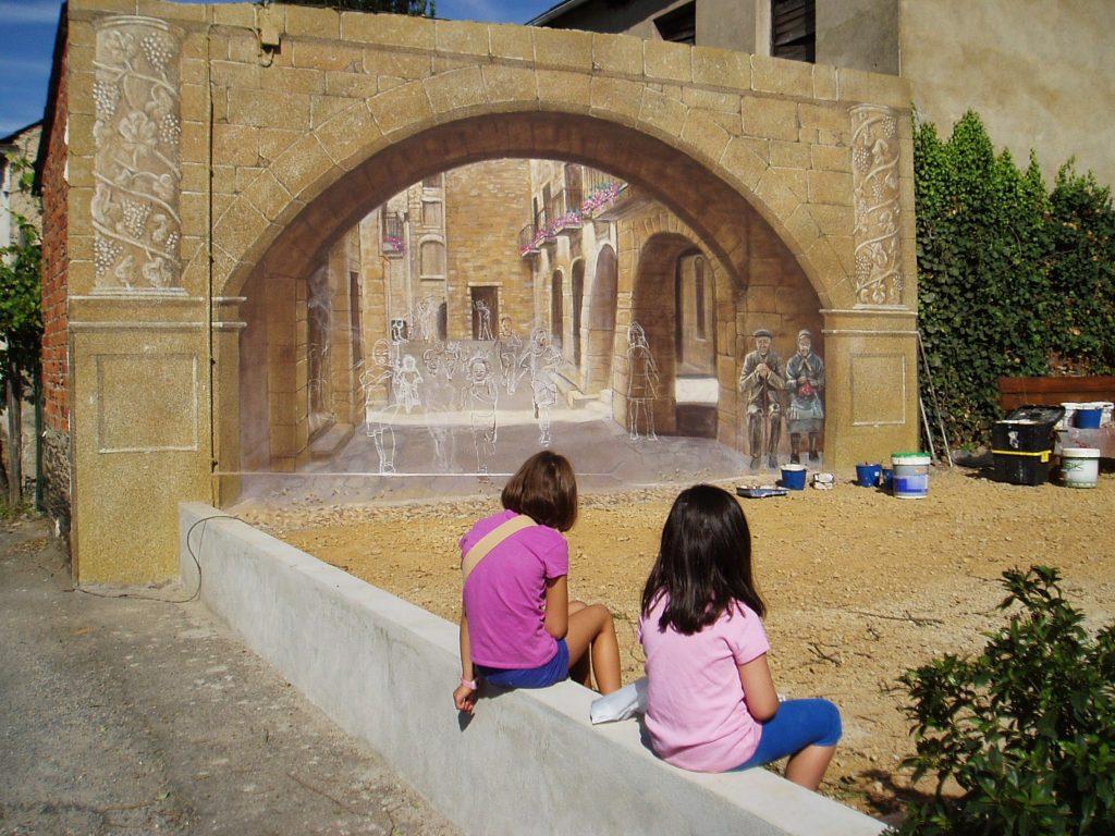 Dos niñas mirando el mural