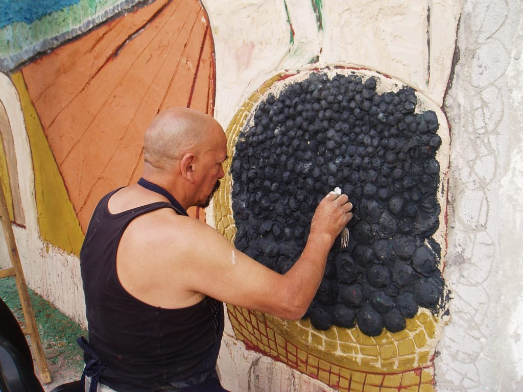 El maestro Moreyra ultimando las uvas del mural