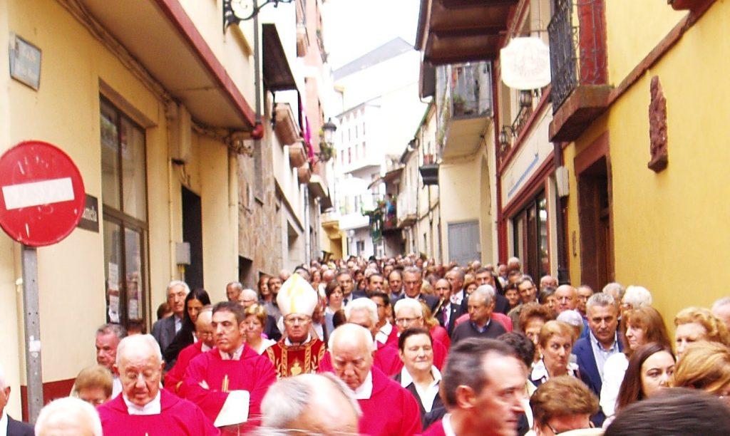 El obispo de Astorga en la procesión y el alcalde de O Barco entre los fieles