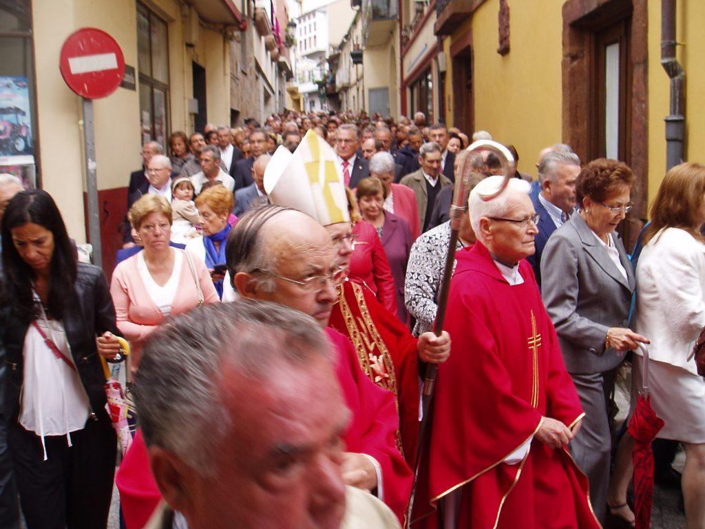 El obispo (en el centro) y el parróco de O Barco