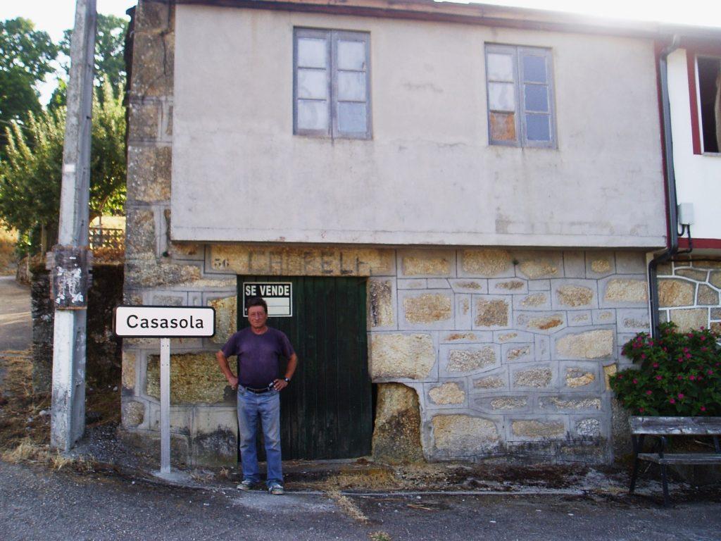 Fermín Salgado, único vecino de Casasola, y la entrada a la zona, perfectamente señalizada